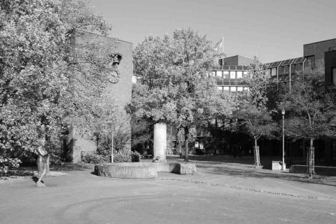 Rathaus Langenhagen mit Bäumen